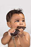 7 månad gammalt tugga på solglasögon Fotografering för Bildbyråer