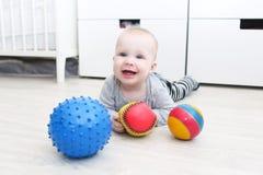 6 månad lyckligt behandla som ett barn le som är gulligt, flickalekbollar Royaltyfria Bilder