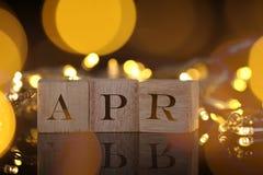 Månadbegreppet, den främre sikten visar träkvarteret skriftliga April med Royaltyfri Bild
