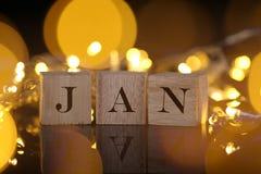 Månadbegreppet, den främre sikten visar träkvarteret skriftliga Januari med li Arkivbild
