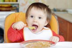 16 månader behandla som ett barn äter soppa Royaltyfri Fotografi