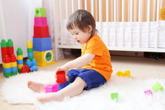 18 månader behandla som ett barn spela leksaker hemma Arkivbilder