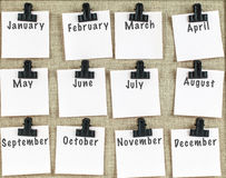 Månadstidninganmärkningar som fästas ihop på noticeboard Royaltyfri Bild