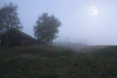 Månbelyst natt i den öde byn Royaltyfri Fotografi