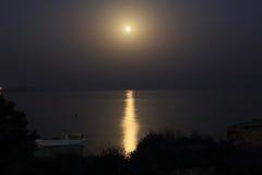 Månbelyst natt på sjösidan i Cypern Royaltyfri Fotografi