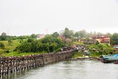 MÅNDAG BRO [KANCHANABURI - loppet thailändska Asien], den LÄNGSTA TRÄBRON AV THAILAND - 850 METRAR Royaltyfria Bilder