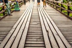 måndag broträbro över floden i det Sangkhlaburi området, Kanchanaburi Royaltyfria Bilder