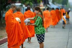Måndag buddistiska monks som samlar allmosa Arkivfoton