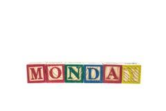 måndag som är skriftlig i färgrika alfabetkvarter för bokstav som isoleras på wh Arkivbilder