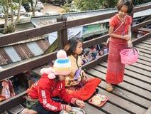 måndag ungar sitter på saker för en försäljning för den måndag bron väntande på till turister Royaltyfria Foton