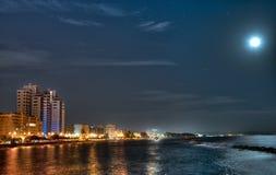 Måne över den Limassol fjärden royaltyfria foton