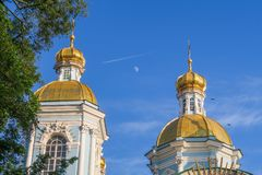 Måne, kondensationslinje och St Nicholas Naval Cathedral fotografering för bildbyråer