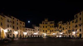 Måne ljus, fyrkant i Lucca Italien nattlandskap Royaltyfri Foto