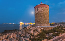 Måne med en mala i den turist- tillflyktsorten Rhodes ö Grekland Royaltyfri Foto