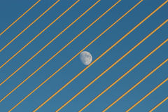 Måne mellan brorep Arkivbild
