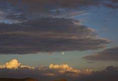 Måne och de mörka molnen Fotografering för Bildbyråer