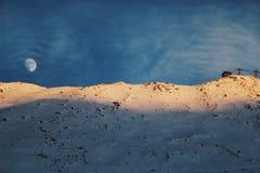 Måne och koja på ett berg fotografering för bildbyråer