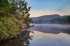 Måne och mist över pris sjön North Carolina fotografering för bildbyråer