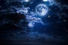 Måne och moln i natten Royaltyfri Fotografi