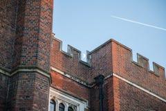 Måne och nivå över slott för hampton domstol royaltyfri foto