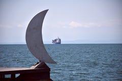Måne och skepp royaltyfri bild