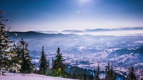 Måne- och stjärnatidschackningsperiod i Carpathian berg arkivfilmer