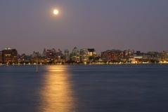 Måne ovanför New York horisont arkivfoton