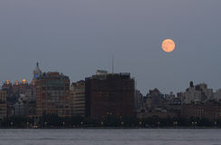 Måne ovanför New York horisont royaltyfri foto