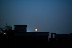 Måne ovanför staden Royaltyfria Foton