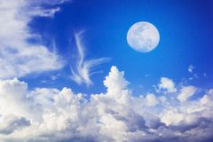 Måne på blå himmel Arkivbild