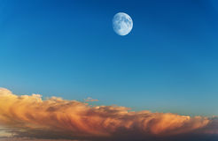 Måne på himlen Arkivbild