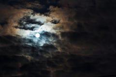 Måne på molnig himmel Arkivfoto