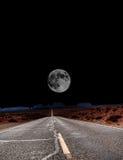 Måne på slutet av vägen Royaltyfria Bilder