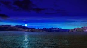 Måne reflekterad på vattnet Fotografering för Bildbyråer