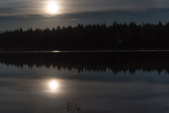 Måne reflexion för sjöskog Fotografering för Bildbyråer
