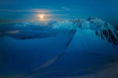 Måne som exponerar snöig berg royaltyfri fotografi