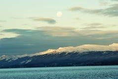 Måne som hägrar över bergen fotografering för bildbyråer