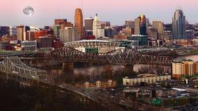 Måne som stiger över Cincinnati, Förenta staterna royaltyfria foton