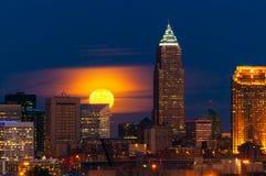Måne som stiger över Cleveland Arkivbild