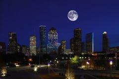 Måne som stiger över Hoston, Texas royaltyfri foto