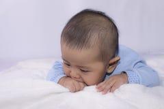 Måne tre behandla som ett barn pojken på vit säng Royaltyfri Foto