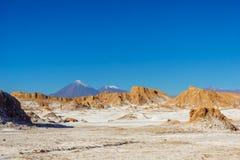 Månedal en vulkan Licancabur vid San Pedro de Atacama i Chile Royaltyfri Bild
