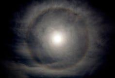 Månegloria i nattetid, naturligt fenomen arkivbilder