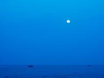 Månehimmel och hav Arkivfoton