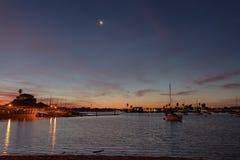 Månen och fartyg nära seglar fjärden Fotografering för Bildbyråer