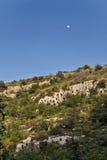 Månen stiger över den steniga nekropolen av Pantalica i Sicilien Arkivfoton