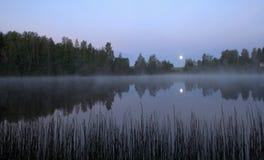 Måneuppsättning- och morgonmist Royaltyfri Foto