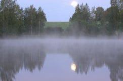 Måneuppsättning- och morgonmist Fotografering för Bildbyråer