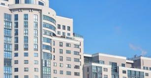 Mång--berättelse kontorsbyggnad med blå himmel Royaltyfria Foton