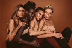 Mång- etniska kvinnor med olika hudsignaler arkivfoto